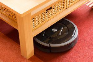 Roboter unter einem Tisch