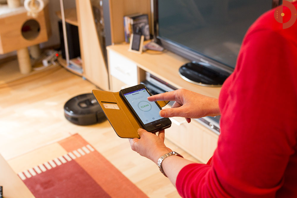 irobot-roomba-980-900er-Serie-Test-frau-smartphone
