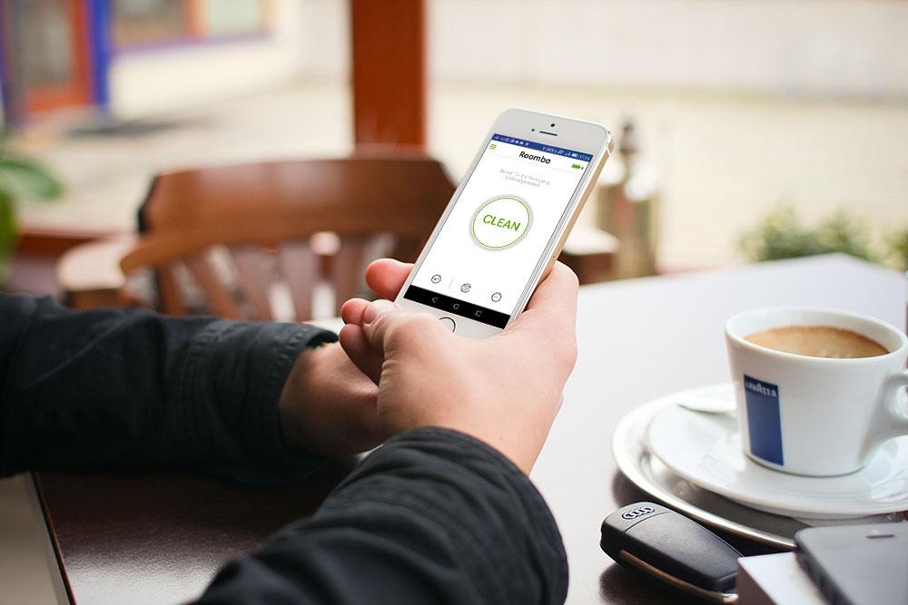 irobot-roomba-980-900er-Serie-Test-mann-smartphone
