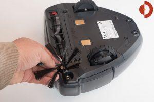 AEG-RX9-Saugroboter-Test-Seitenbuerste-Magnet