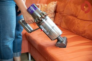 Dyson-Cyclone-V10-Absolute-Test-Frau-couch-saugen