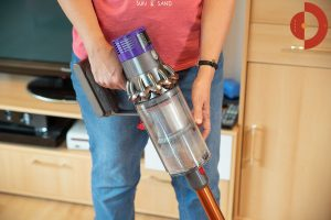Dyson-Cyclone-V10-Absolute-Test-Frau-staubsaugt