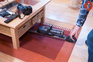 Akkustaubsauger-AEG-FX9-1-IBM-Test-Unter-Tisch-saugen