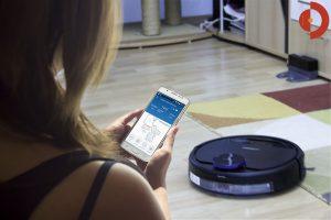 Deebot-OZMO-930-Frau-Smartphone-Karte-reinigen