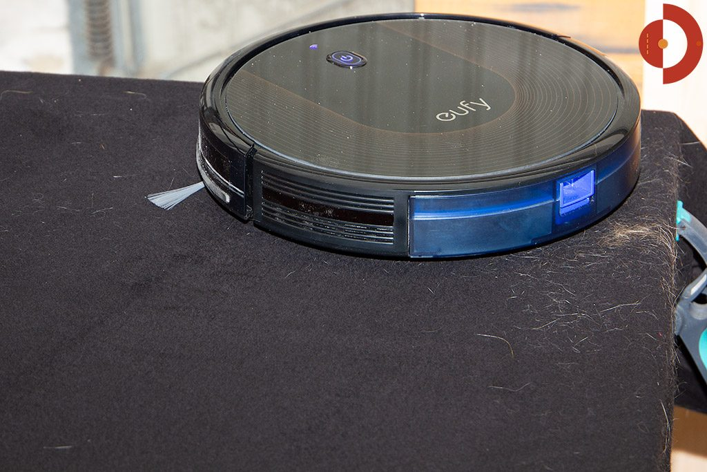 Eufy-RoboVac-30c-Test-Schwarzer-Stoff-Haartest