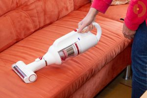 PUPPYOO-T10-Mix-Akkustaubsauger-Test-Wohnraum-Couch-saugen