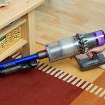 Dyson-V11-Absolute-Test-Unter-Tisch-saugen