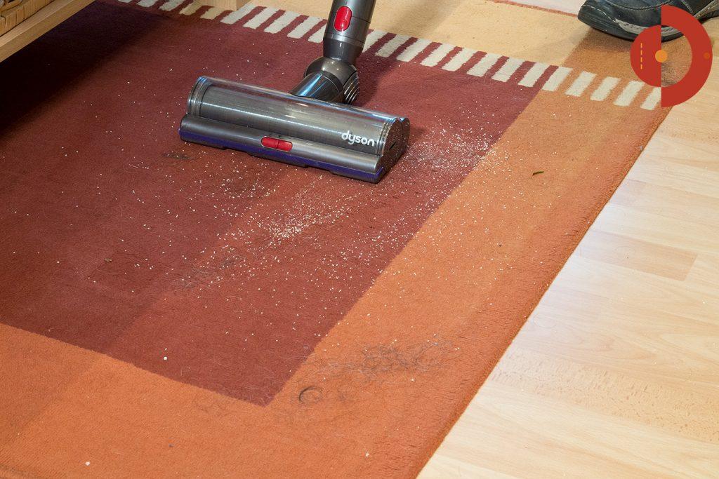 Dyson-V11-Absolute-Test-teppich-mit-Haaren-saugen
