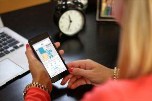 Cecotec-Conga-4090-Test-Frau-nutzt-App