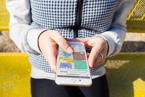 Lenovo-X1-Smartphone-App-Frau