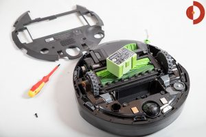 iRobot-Roomba-i7-Plus-Test-Akku-ausbauen