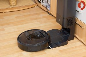 iRobot-Roomba-i7-Plus-Test-Saugroboter-Absaugsation-andocken
