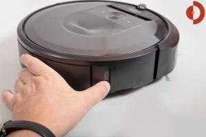 iRobot-Roomba-i7-Plus-Test-Schmutzfach-entnehmen-1