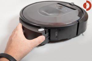 iRobot-Roomba-i7-Plus-Test-Schmutzfach-entnehmen-2