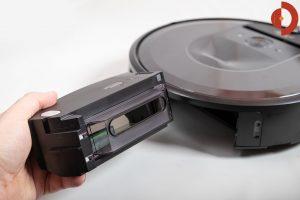 iRobot-Roomba-i7-Plus-Test-Schmutzfach-entnehmen-3
