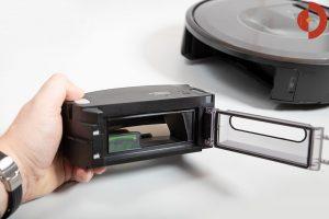 iRobot-Roomba-i7-Plus-Test-Schmutzfach-entnehmen-4